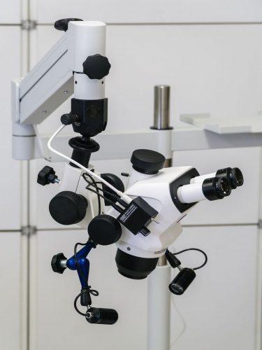 Steuerung direkt am Mikroskopkörper befestigt